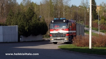 kuva 093308 . palokunta saapuu hotellille lämpimän päivän aiheuttaman väärän palohälytyksen vuoksi . 3.5.2008