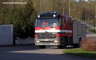 kuva 093309 . palokunta saapuu hotellille lämpimän päivän aiheuttaman väärän palohälytyksen vuoksi . 3.5.2008