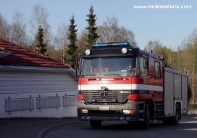 kuva 093311 . palokunta saapuu hotellille lämpimän päivän aiheuttaman väärän palohälytyksen vuoksi . 3.5.2008