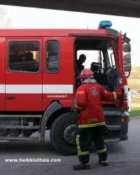 kuva 093313 . palokunta saapuu hotellille lämpimän päivän aiheuttaman väärän palohälytyksen vuoksi . 3.5.2008