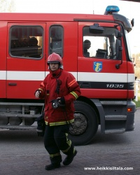 kuva 093314 . palokunta saapuu hotellille lämpimän päivän aiheuttaman väärän palohälytyksen vuoksi . 3.5.2008