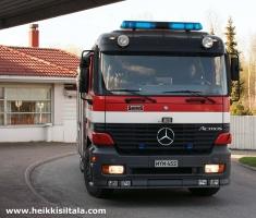 kuva 093315 . palokunta saapuu hotellille lämpimän päivän aiheuttaman väärän palohälytyksen vuoksi . 3.5.2008