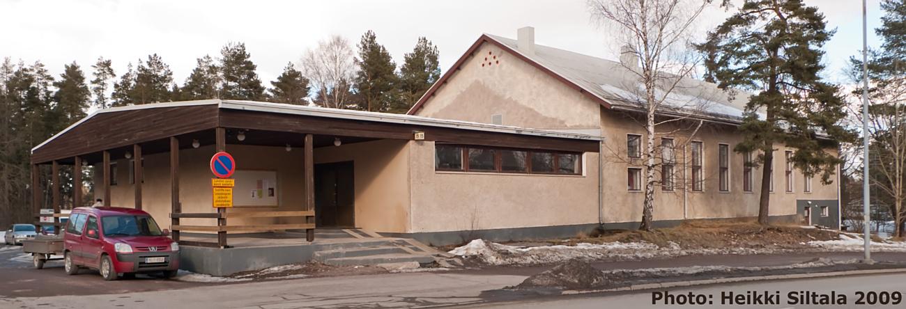 Kerhotalo, Leppävaara, Espoo. Valmistunut 1957 viereisellä tontilla sijainneen 12.12.1952 tulipalossa tuhoutuneen vanhan työväentalon tilalle. Kerhotalon rakennustöissä tehtiin 4500 työtuntia., photo 121171, 2009-03-21