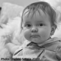 kuva 128187 . bonuskuva poikalapsi tavallisena iltana tavallisessa olohuoneessa . 2.8.2009