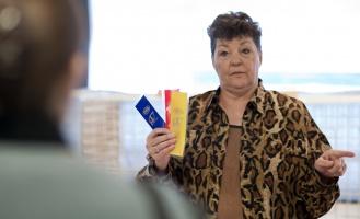 kuva 167011 . tuomari kertoo TICA-näyttelyn kulusta . 9.1.2011